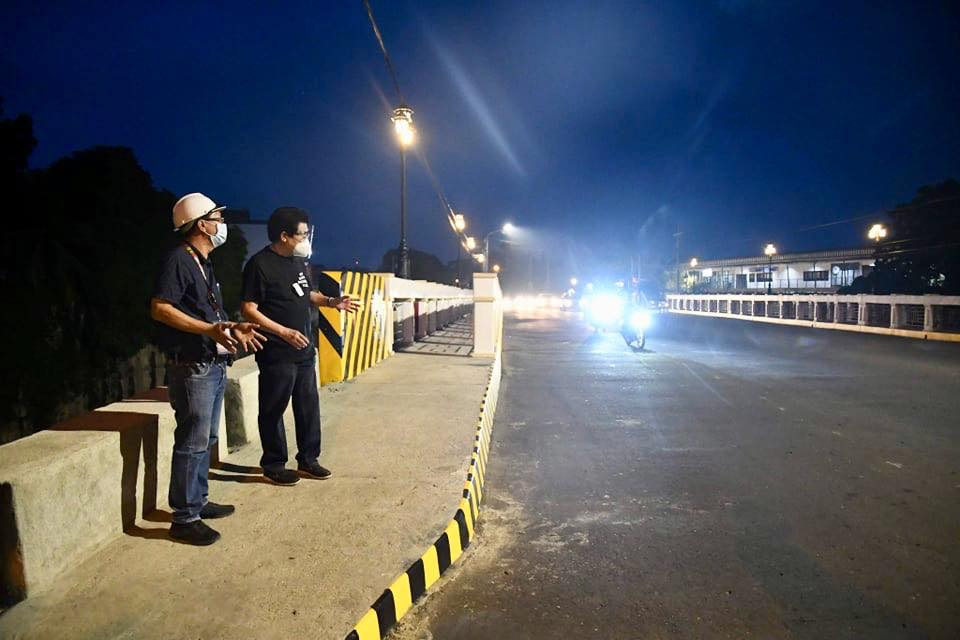 Bacolod Mayor Evelio Leonardia with Acting City Engineer Aladino Agbones inspecting the road project. | Photo by Bacolod City PIO